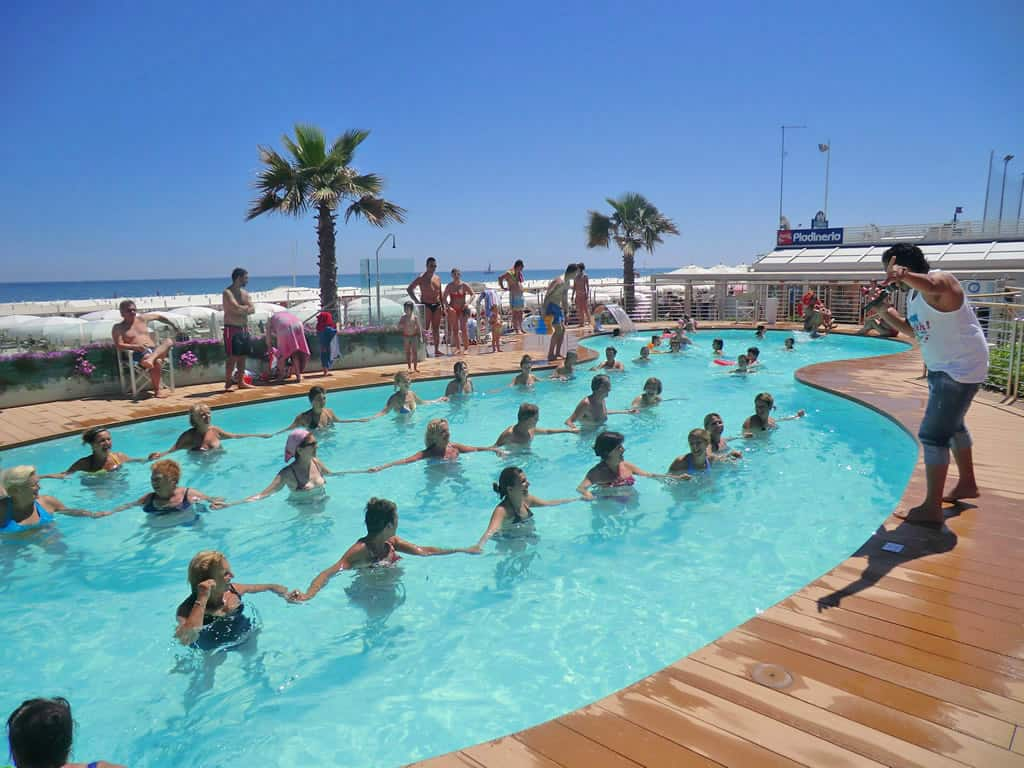 Animazione a bordo piscina con acqua gym playa del sol riccione playa del sol riccione - Bagno davide gatteo mare ...